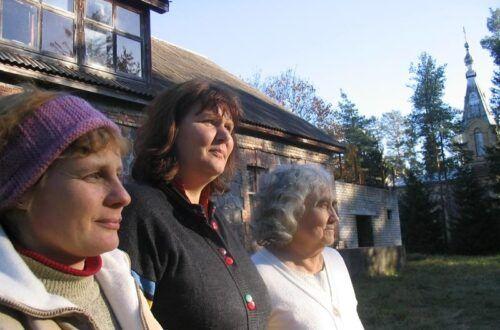 Väsimatud: Hille Kõrva, Ester Teppart ja Leida Kraavik Kuriste haridusseltsi maja ees. Foto: Hillar Padu